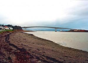 """De brug bij Kyle of Lochalsh naar Skye werd na jaren zeuren aangelegd. De Britten gaven een Duits consortium opdracht tot de bouw. De Schotten noemen de tolbrug dan ook """"Hitlers revenge"""" en voeren met regelmaat actie tegen de tol."""