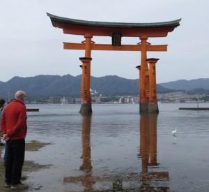 Grem aan het overdenken bij de torii van Miyajima